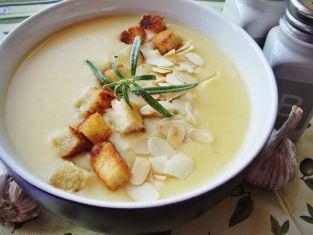 Zupa czosnkowa z grzankami i migdałami