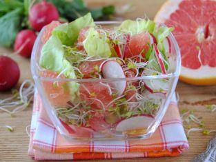 Lekka sałatka z kiełkami i grejpfrutem