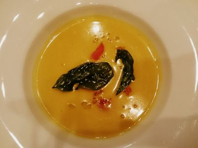 Zupa z żółtych pomidorów z chipsami bazyliowymi