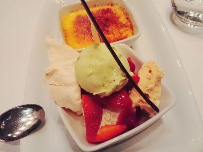 Lody pistacjowe z bezą migdałową, creme brulee