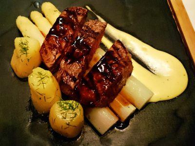 Polędwica wołowa z młodymi ziemniakami i białymi szparagami z sosem holenderskim