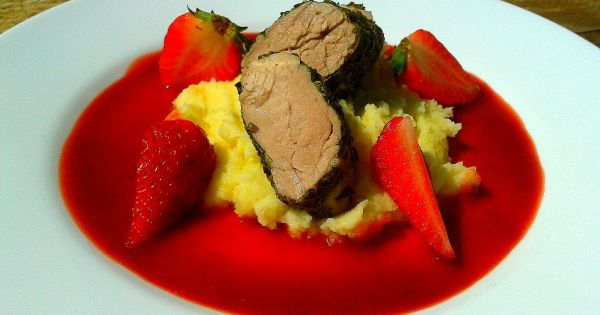 Polędwiczka w sosie rabarbarowo-truskawowym