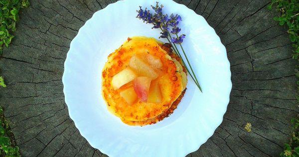 Placuszki z serka wiejskiego z sosem brzoskwiniowo-lawendowym