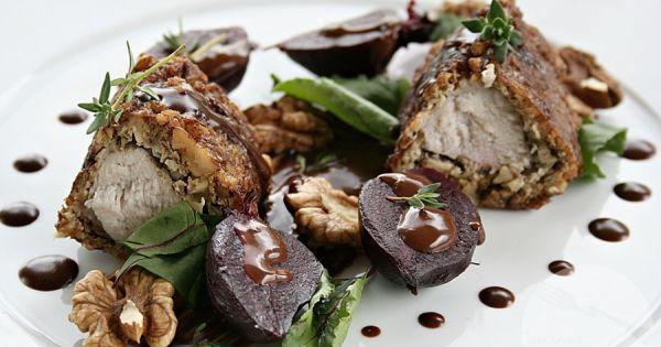 Comber z królika w panierce z orzechów włoskich z sosem czekoladowym i serem pleśniowym