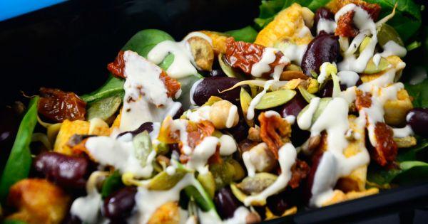 Sałatka z sosem tahini