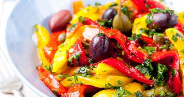 Sałatka z papryką, kaparami i oliwkami