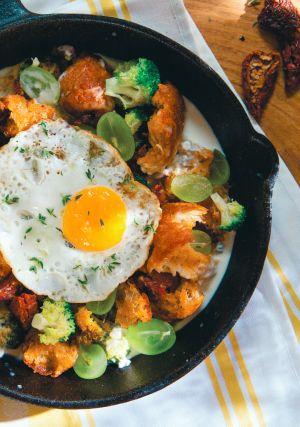 Zupa z sera i maślanki z grzankami, winogronami, pikantną kiełbasą i jajkami sadzonymi