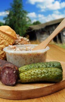 Przekąski - smalec, chleb, oscypek, kiełbasa, ogórek