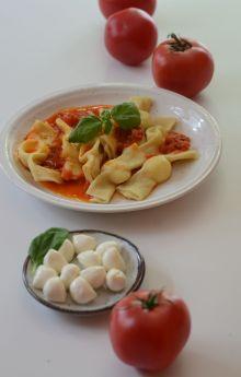 Caramelle z mozzarellą w pomidorach
