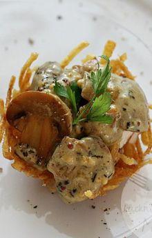 Kurczak w ziemniaczanych gniazdkach z sosem pieczarkowym