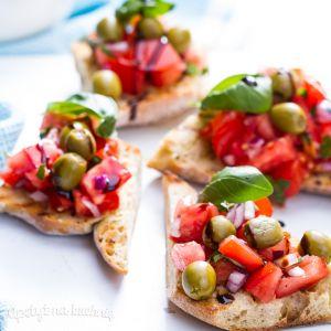 Bruschetta z pomidorami, oliwkami i bazylią
