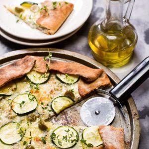 Pizza orkiszowo-razowa z cukinią i oliwkami