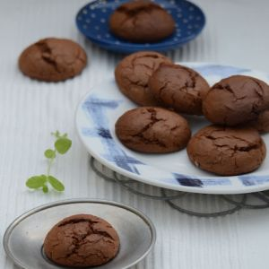 Mocno czekoladowe ciasteczka z kawą i konfiturą różaną
