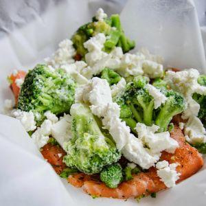 Łosoś zapiekany z brokułami i serem feta