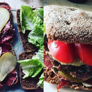 Zdrowy burger z szynką parmeńską i gruszką