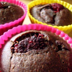 Dietetyczne muffiny kakaowe z malinami