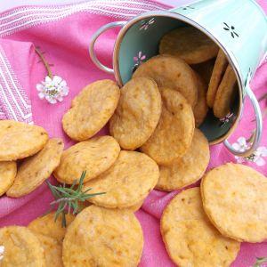 Kruche ciasteczka z serem żółtym i pomidorową nutką