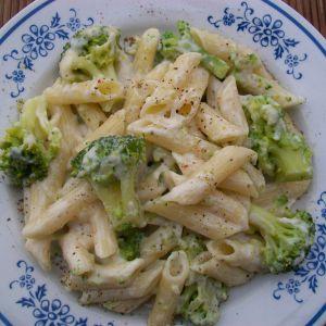 Makaron w sosie serowym z brokułem