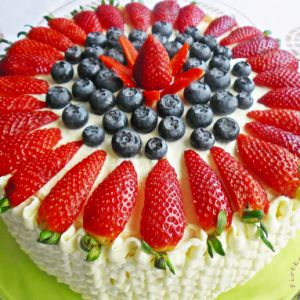 Tort bananowo-truskawkowy