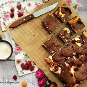 sernik brownie z malinami