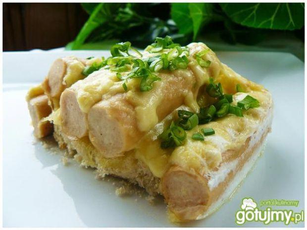 Zapiekane parówki na tostach pod serem