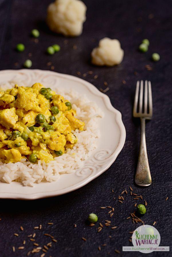 Curry z kurczakiem, kalafiorem i zielonym groszkiem