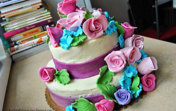 tort pełen kwiatów